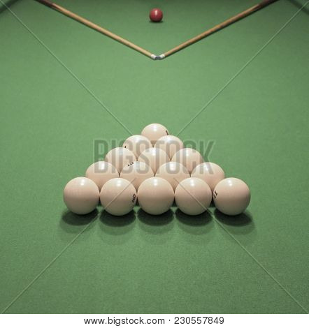 Billiard Balls, Formed A Triangle And Two Cues, Prepared To Start The Game On The Table.