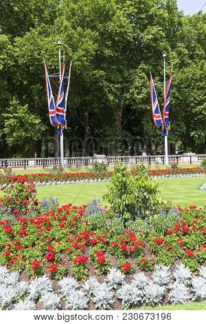 London, United Kingdom, June 21, 2017: Square In Front Of The Buckingham Palace With Flowerbed And F