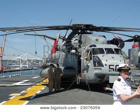 Civilians Inspect An Ch-53E Sea Stallion