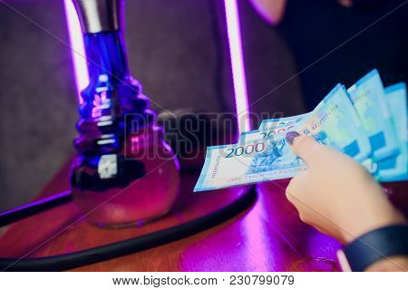 Girl Holds 5 New 2000 Rubles And Pays For A Hookah In The Club Restaurant Cash