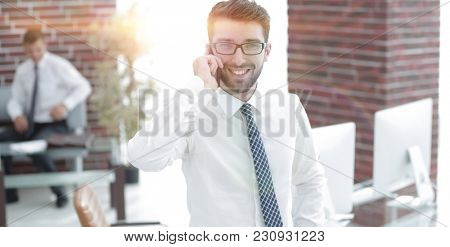 lawyer advises the client on the phone