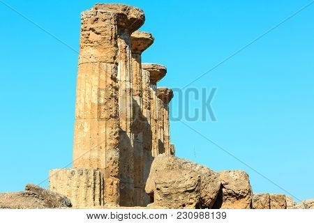 Ruined Temple Of Heracles Columns In Famous Ancient Valley Of Temples, Agrigento, Sicily, Italy. Une