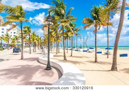Fort Lauderdale, Florida, Usa - September 20, 2019: Seafront Beach Promenade With Palm Trees On A Su