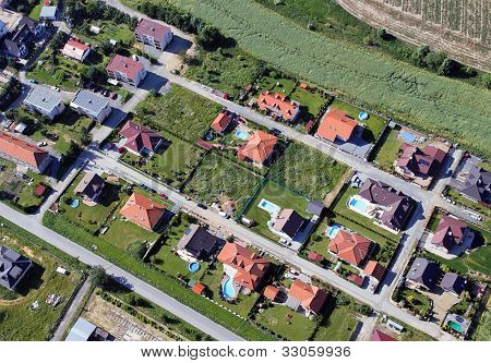a settlement with many eini lien h���¤suern and swimming pools from the air