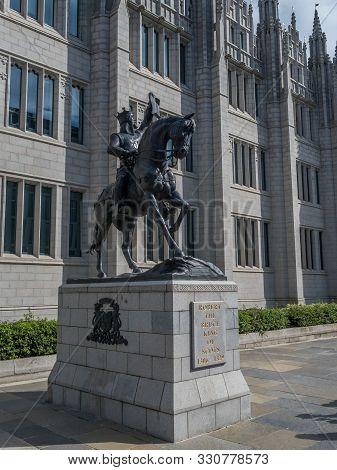 Aberdeen / Scotland - August 29, 2019: King Robert The Bruce In Front Of Marischal College