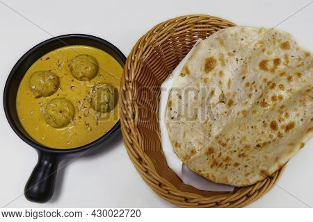 Paneer Pasanda (cottage Cheese) Indian Food In Rich Cashewnut And Saffron Gravy, Served With Tandoor