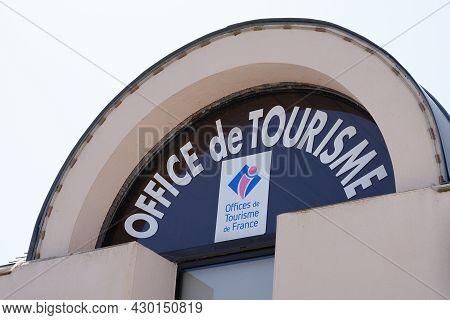 Bordeaux , Aquitaine France - 07 30 2021 : Office De Tourisme Text Logo And Brand Official Sign On W