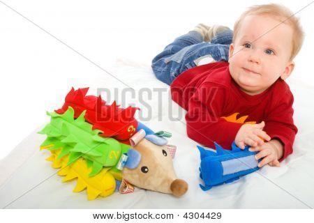 Baby Boy spielt mit Spielzeug