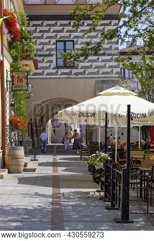 Tarnow, Poland - July 24, 2021: Town Square With Arcades Of Renaissance Tenement Houses. The Market