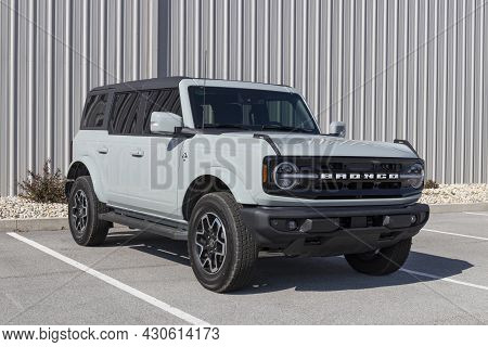 Kokomo - Circa August 2021: Ford Bronco Display At A Dealership. Broncos Can Be Ordered In A Base Mo