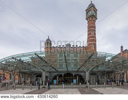 Gent, Flanders, Belgium - August 1, 2021: Frontal View On Main Entrance Of Sint Pieters Railway Stat