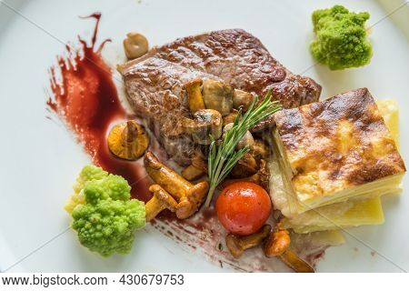 Flat Roast Beef Slice With Potato Gratin, Mushrooms, Broccoli - Strip Loin Steak