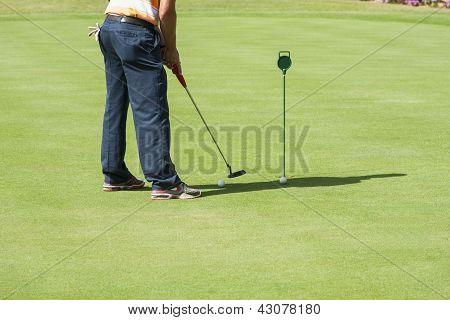 Golfista practicar poniendo