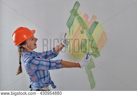In A Helmet, The Designer Tries Colors For The Walls