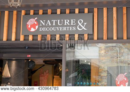 Bordeaux , Aquitaine  France - 08 20 2021 : Nature Et Decouvertes Logo Red Turtle Sign And Brand Tex