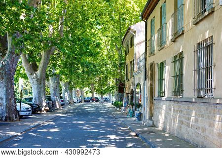 Provencal Street With Typical Houses In Southern France, Provence. Aix-en-provence City On Sunny Sum