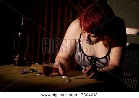junge Frau schneiden Kokain oder heroin