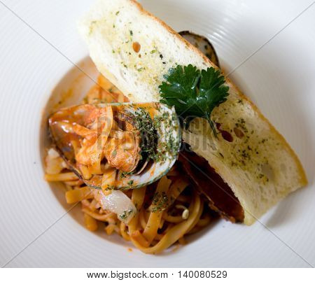 linguine marinara with mussels in the shell