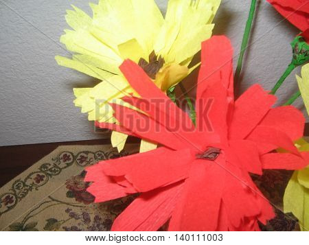 Manualidades. Flores de papel Crisantemos de colores.