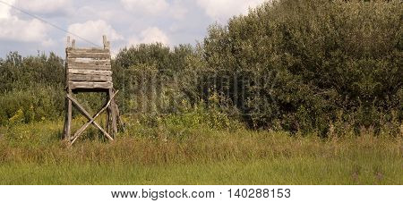 Website banner of a hunting tower in the field