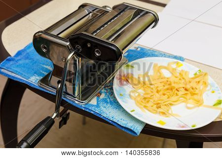 Making noodles with pasta machine in home
