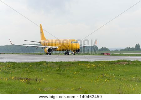 Embraer 195Lr Saratov Airlines Taxiing