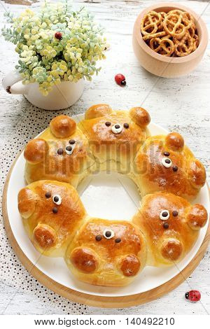 Bear buns. Ridiculously adorable pull-apart bear shaped milk bread rolls. Cute and kawaii Japanese style food art. Creative idea for food art for kids