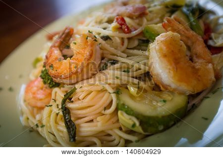 Shrimp spaghetti primavera with white wine sauce and green vegetables