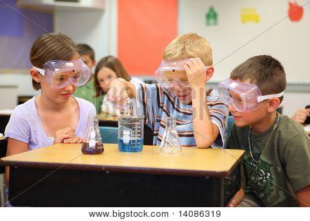 Gli studenti di scuola elementare facendo scienza esperimento