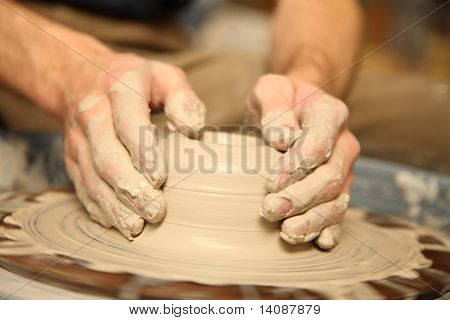 Closeup Hände Arbeit an Rad Tonwaren
