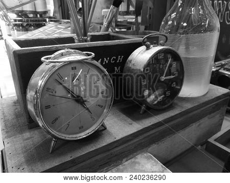 Oldie Classical Vintage Round Face Clocks In Pharmacy In Black And White Tone