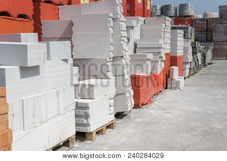 Aerated Concrete On Pallets. Wall Panels Made Of The Autoclaved Aerated Concrete On Wooden Pallets P