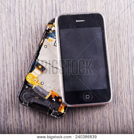 May 6, 2018 - Crashed Apple Iphone 3gs. Iphone Is The Best Known Smartphone Brand In The World