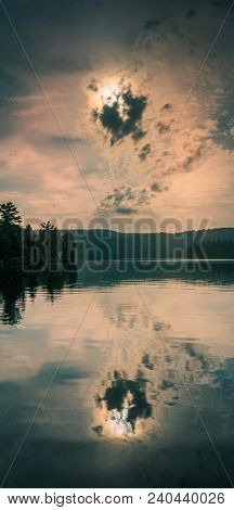 Mirror Lake Sun Reflection / Reflection Du Soleil Sur Lac
