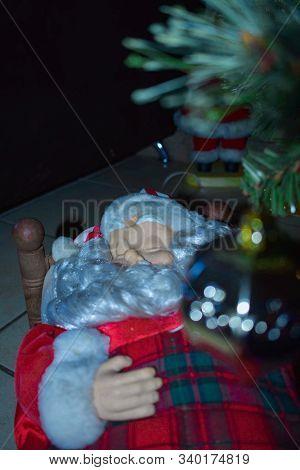 Santa Claus tomando una siesta luego de prepararse para esta navidad.