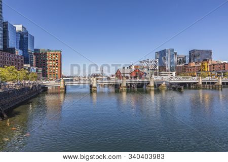 Boston, Usa - Sep 29, 2017: Downtown Boston Skyscraper With Mixture Of Old And Modern Architecture A