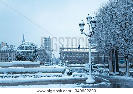 Paris Townhall Square, Street Towards Notre Dame