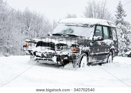 Cantoryje, Czechia / Czantoria, Poland - December 29, 2017: Snowy Land Rover Discovery Suv Car Large