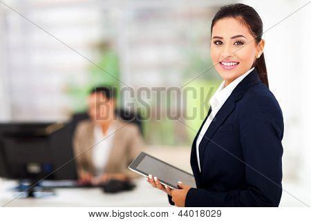 schöne moderne geschäftsfrau holding Tablet PC mit Kollegen auf Hintergrund
