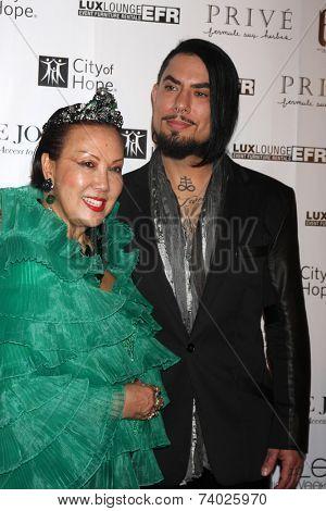 LOS ANGELES - OCT 15:  Sue Wong, Dave Navarro at the Sue Wong