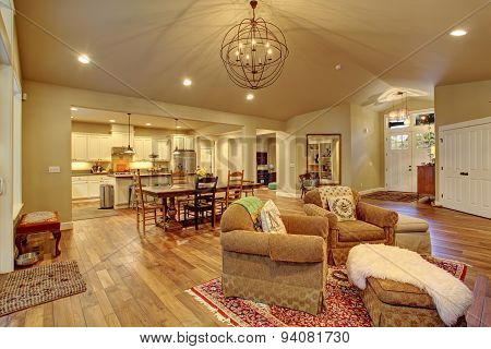 Cozy Family Room, Dinning Room, And Ktchen.