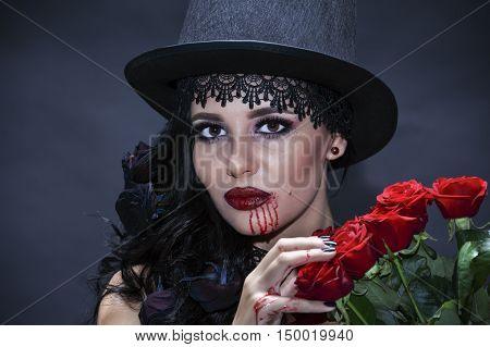 portret de fată frumoasă gotic cu trandafiri rosii. Halloween