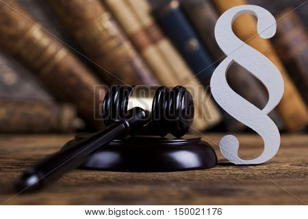 Gavel court and paragraph sign