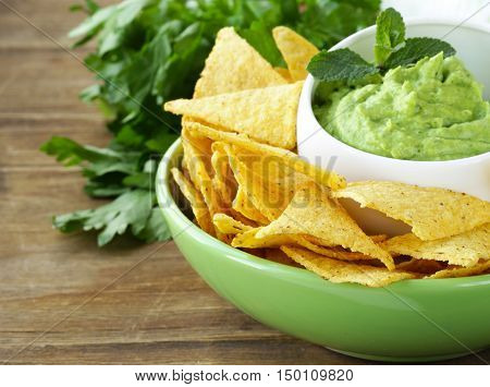 guacamole avocado dip with chips and lime