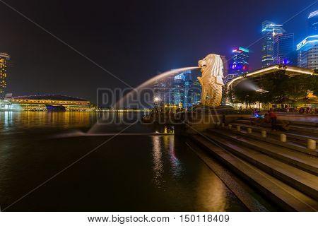 SINGAPORE - APRIL 30: Merlion statue fountain on April 30, 2016 in Singapore.