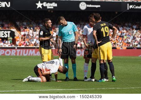 VALENCIA, SPAIN - OCTUBER 2nd: Referee Clos Gomez and players during Spanish soccer league match between Valencia CF and Atletico de Madrid at Mestalla Stadium on Octuber 2, 2016 in Valencia, Spain