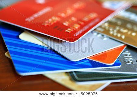Bunte Stapel von Kreditkarten und Einkaufen Geschenk-Karten.  Makro mit extrem flachen Dof.