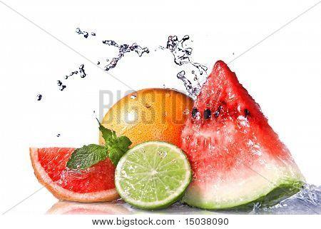 Water Splash auf frisches Obst, isolated on white