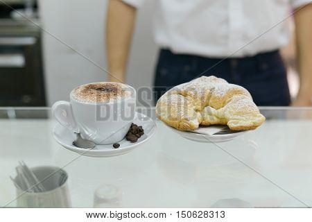 Cappuccino e cornetto, un'ottima prima colazione italiana per iniziare bene la giornata