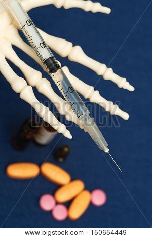 Death holds on the palm syringe with the drug
